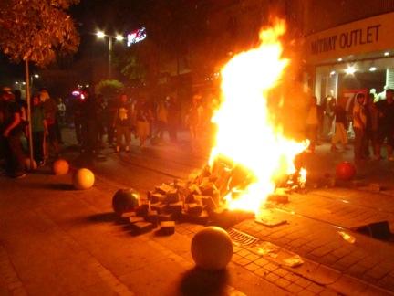 Barricada en llamas en el barrio de Kadiköy, en Estambul  | © Daniel Iriarte/M'Sur