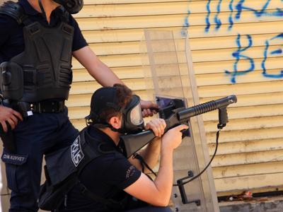 Un policía dispara granadas de gas cerca de Taksim, Estambul (Junio 2013)  |  ©  Ilya U. Topper