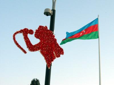 Símbolo de Eurovisión y bandera azerí en Bakú (Mayo 2012) |  © Daniel Iriarte / M'Sur