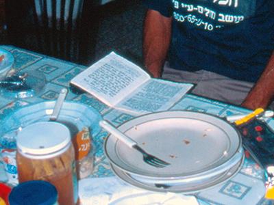 Mesa de almuerzo en una familia judía en Kedumim (Cisjordania), 2001 | © Ilya U. Topper / M'Sur