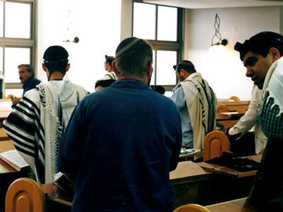 Rezo en la sinagoga de Kedumim, Cisjordania   I. U. T./M'Sur