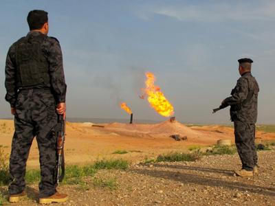 Policías iraquíes vigilan un pozo de gas cerca de Kirkuk |  ©  Karlos Zurutuza