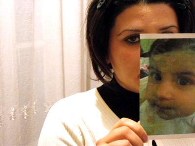Shana muestra la foto de su bebé, una niña | ©  MJ del Valle