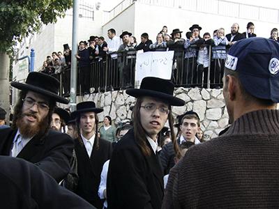 Judíos ultraortodoxos frente a la policía en Beit Shemesh, Jerusalén (Nov 2011)     © Oren Nahshon