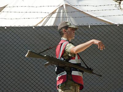 Un vigilante turco ante un campamento de refugiados sirios en Reyhanli (2011) | © Ilya U. Topper