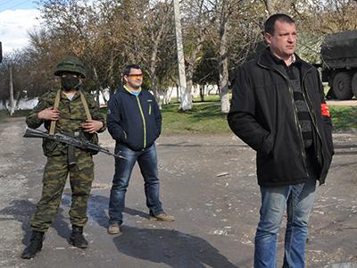 Militar sin insignias y miliciano prorruso en Bakhchysarai, Crimea (Marzo 2014) |  © Irene Savio