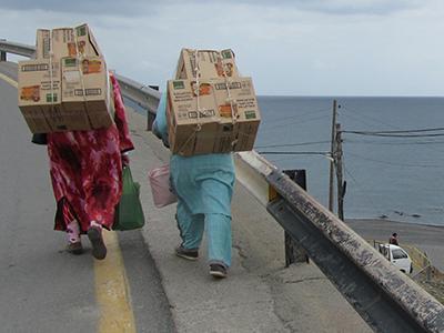 Dos mujeres marroquíes se encaminan hacia la frontera con mercancías adquiridas en Ceuta (2014) | © Alejandro Luque
