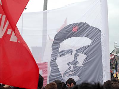 Pancarta con el retrato de Che Guevara en Taksim (Estambul), 1 Mayo 2011 |  © I. U. Topper