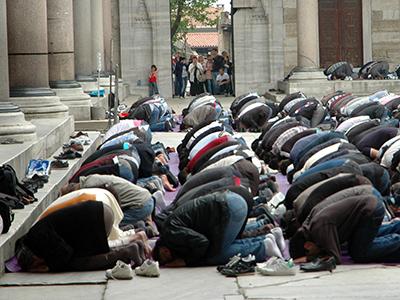 Rezo en un mezquita de Estambul |   |   © I.U.T. / M'Sur