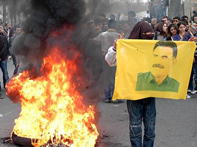 Jóvenes kurdos con el retrato de Abdullah Öcalan (Diyarbakir, 2011) | © I. U. T. / M'Sur