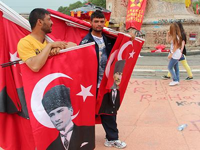 Banderas con el retrato de Atatürk en Taksim, Estambul (Jun 2013) |   ©  I. U. Topper