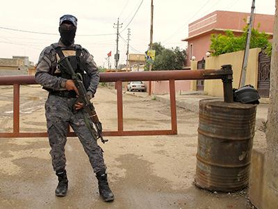 Barricada a la entrada del pueblo turcomano Tuz Jormato (Iraq), Abril 2014 | © Karlos Zurutuza