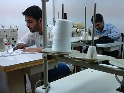 Dos refugiados sirios cosen en un taller en Estambul (2014) | © LLuís Miquel Hurtado