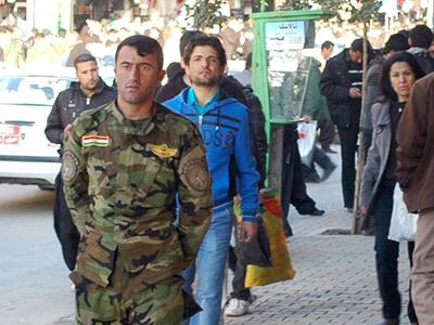 Un peshmerga en una calle de Suleimanía (Kurdistán iraquí), 2011 | © Ilya U. Topper