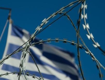 Una bandera griega ondea sobre concertinas | © Clara Palma