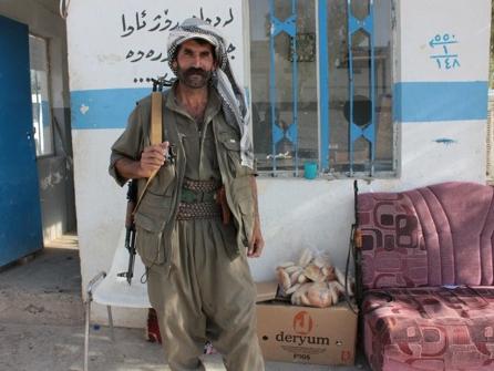 Un guerrillero del PKK monta guardia en el campo de Majmur | © Daniel Iriarte / MSur