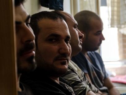 Un grupo de yezidíes en un piso de Atenas | © Clara Palma