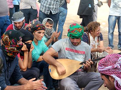 Activistas kurdos de Turquía cerca de la frontera siria (Sep 2014) | © Ilya U. Topper