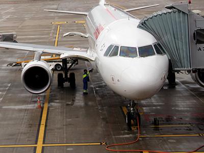 Avión de una compañía comercial en un aeropuerto europeo |  ©  I. U. T. / M'Sur
