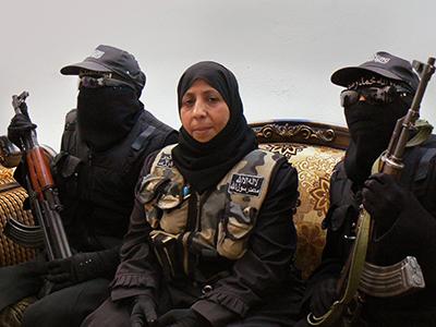 Umm Fadi con Rihad (izq) y Rabieh (dcha) en el cuartel del ELS en Alepo (2013)  |  © Ethel Bonet