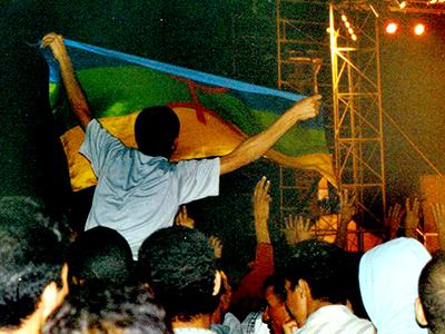 Joven con una bandera amazigh en un festival de música de Agadir (2008) | ©  Ilya U. Topper