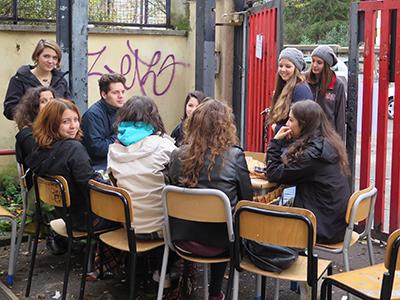 Alumnos en el patio de un instituto 'okupado' (Roma, 2014)   ©  Darío Menor