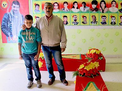 Ali Jalil y Diar, en su funeraria en Serekaniye (Kurdistán sirio), Oct 2014 | ©  Karlos Zurutuza
