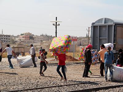 Refugiados kurdos de Kobani llevan provisiones a la ciudad durante el asedio (Sep 2014) | © Ilya U. Topper / M'Sur