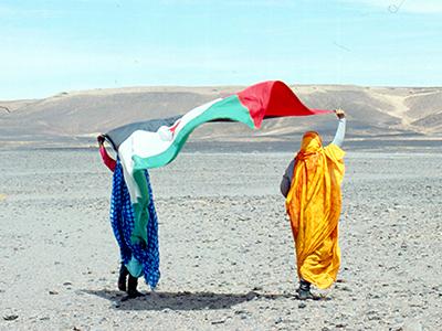 Mujeres con la bandera saharaui en Tifariti, Sáhara Occ. (Abr 2004) | © Ilya U. Topper / M'Sur