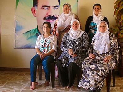 Mujeres kurdas en un centro cívico de Qamishli (2013) | ©  Karlos Zurutuza