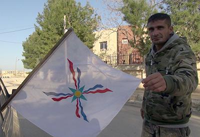 Miliciano cristianos con la bandera asiria en Tel Tamer (Marzo 2015) |  © Lluis Miquel Hurtado