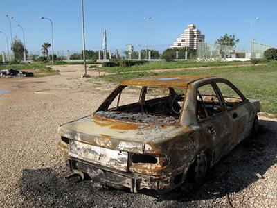 Coche destruido en la guerra civil de Libia (2011) |  ©  Daniel Iriarte