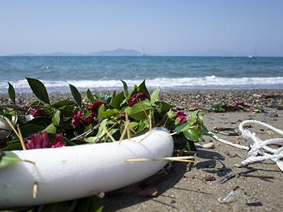Corona de flores para el niño Aylan en una playa de Bodrum (Ago 2015) | © Lluís Miquel Hurtado
