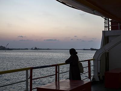 Una refugiada siria a bordo del ferry en el puerto de Trípoli. Ago 2015   © Diego Ibarra/ MeMo