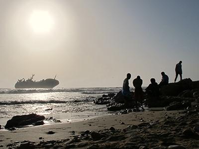 Naufragio en la costa saharaui, cerca de El Aaiun (2015) |  ©  Karlos Zurutuza