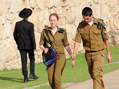 Una pareja ortodoxa se cruza con un haredí en Jerusalén (2013)   ©  Ilya U. Topper / M'Sur