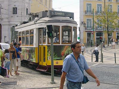 Un hombre pasa ante un tranvía en Lisboa (2005) |  © Fifi Inglima / M'Sur