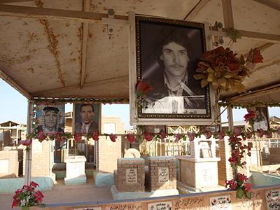 Tumbas en Nayaf con fotografías de muertos |    ©  Karlos Zurutuza