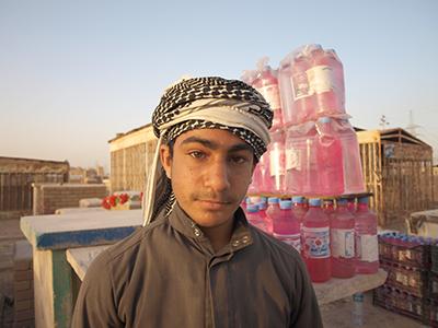 Hisham vende colonia en el cementerio de Nayaf (2011) |   ©  Karlos Zurutuza