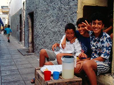 Niños en una calle de Rabat (1999) | ©  Ilya U. Topper / M'Sur