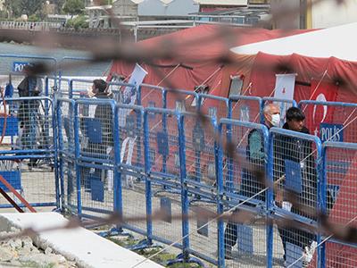 Emigrantes deportados desde las islas griegas llegan a Dikili (Turquía), Abr 2016 | © Laura F. Palomo