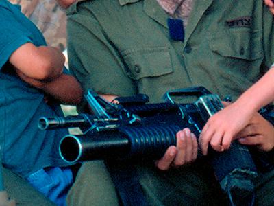 Un soldado israelí con arma en un asentamiento israelí (2001) | © Ilya U. Topper / M'Sur