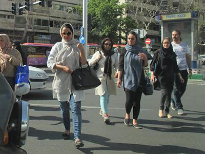 Jóvenes en Teherán, el día del atentado yihadista (Jun 2017) | © Alejandro Luque / M'Sur