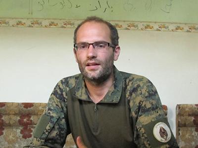 'Macer Gifford', combatiente en Siria (Raqqa, 2017) | © Karlos Zurutuza